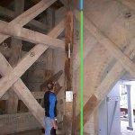 Ausstellung des aus knapp 17 m Tiefe geborgenen Pfahles in der Fergitzer Kirche - farbliche Hervorhebung des sich ehemals im Boden befindlichen Teils (rund 4 m) bzw. des geringen Teils, der aus dem Seeboden ragte. - Somit war der Pfahl ursprünglich vermutlich mindestens 22 m lang (4 + 17 + 1 m über Wasser).