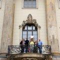 Auf dem Balkon über dem Haupteingang der Humboldt-Universität zu Berlin