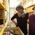 im Depot/Tiefspeicher übernahm die Führung Hans Reschreiter M.A. Er ist Montanarchäologe und gräbt immer noch in den Salzbergstollen von Hallstatt. Dieser Fundort ist eponym für einen ganzen Zeitabschnitt der späten Bronzezeit, in absoluten Daten ca. 11.-5. Jahrhundert vor unserer Zeitrechnung. - Die Blütezeit, zu der auch das Salzbergwerk gehört, fällt in die Zeit des 8.-5. Jahrhunderts. Wissenschaftlich unbeschreiblich wertvoll sind die Funde aus dem Bergwerk, da die Erhaltungsbedingungen für organische Materialien aufgrund der konservierenden Eigenschaften des Salzes exzellent sind. Erst wenn die Funde aus dieser Umgebung entnommen werden, beginnen die Probleme, die wir von den Unterwasserfunden in ähnlicher Weise kennen. - Holzfunde aus dem Bergwerk: ein Gerät, um gebrochene Salzklumpen auf Schaufeln zu kratzen im Vordergrund der Schublade.
