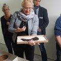 Frau Dr. Grömer mit einem Textilrest