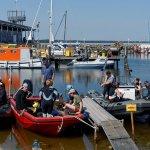 die Boote werden im Hafen von Glowe beladen