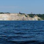 Kap Arkona, v. l. n. r.: erkennbar sind die abgebrochenen Reste der Jaromarsburg samt Wall (9. bis 12. Jh.), der ehemalige Marinepeilturm von 1927 (etwa 23 m hoch) und der aktive Leuchtturm (35 m hoch) aus dem Jahr 1901/02