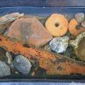 zahlreiche Fundstücke (Holzproben, Keramik, Glas, Netzsenker, Steingut)